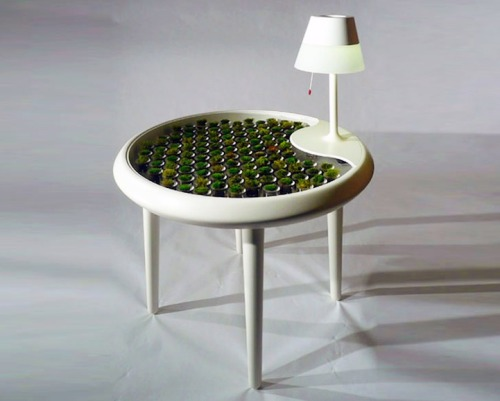 raffs-cob:  ruineshumaines:  Moss Table generates electricity through Photosynthesis.Here electricity is generated from the electrons captured by conductive fibers inside the moss table. The technology turns energy that would otherwise be wasted in the photosynthesis process into power that can be put to practical use. (by Biophotovoltaics)  No es magia, es ciencia.