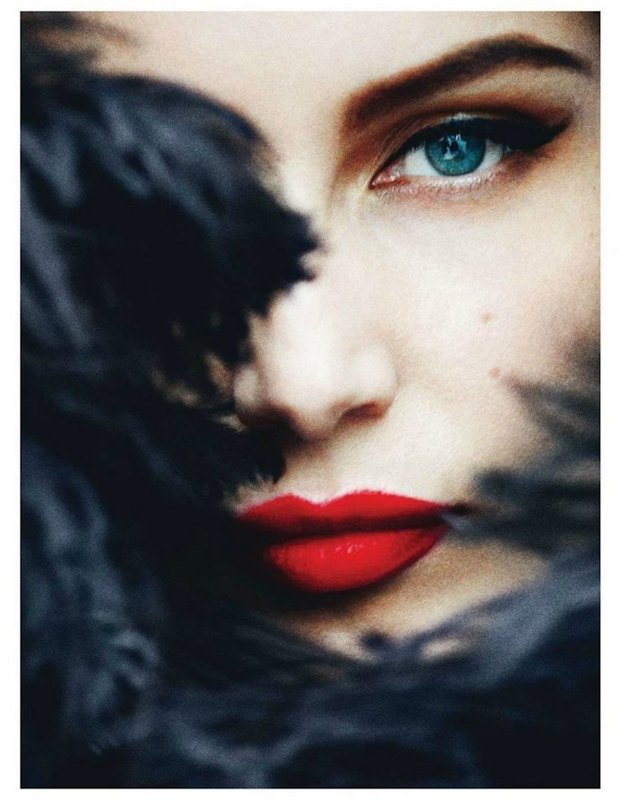 French beauty, Laetitia Casta, knows how to make red lips work.