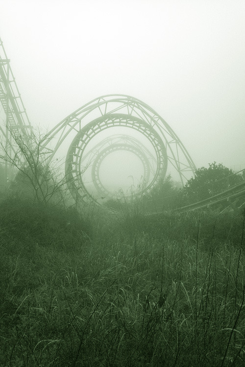 lvlorbid:  heartless:  neutrophin:  lolsupreme:  abandoned amusement park   this is an abandoned amusement park in japan it was closed in 2006 because it was a knock off of disneyland.   This is so cool  wow