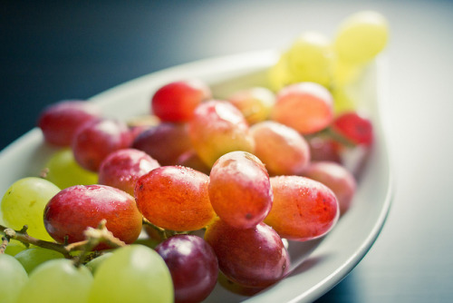 throughlense:  Grapes by 96dpi on Flickr.