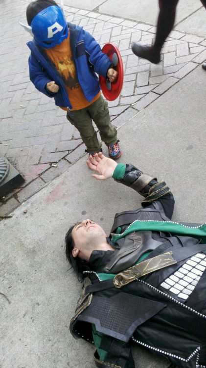 iheartchaos:  Cosplay of the day: Loki is defeated  Now jam that shield into his jugular!