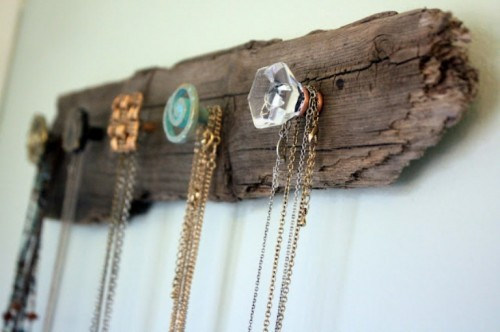 (via DIY Wooden Necklace Holder | Shelterness)