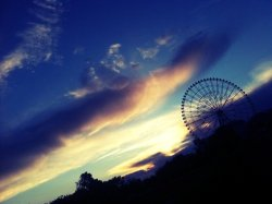 Wow. :-D#sunset with #ferriswheel …. Beautiful #sky and #clouds (from @athenasky on Streamzoo)