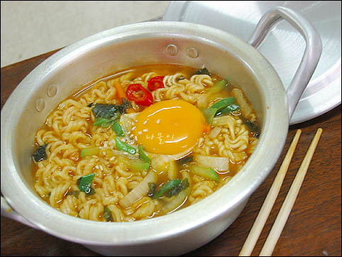 more pictures of ramyeon @ cravingsofthemoment :)