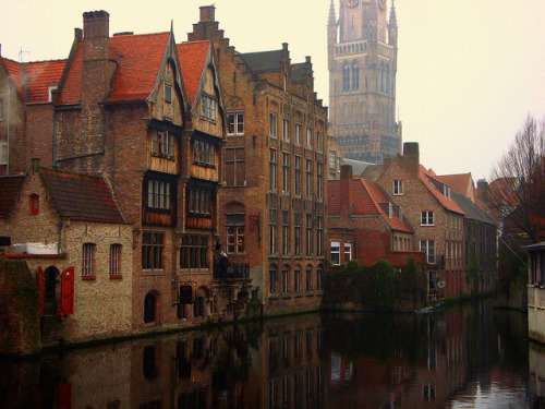 aconglomerateofthought:  Rozenhoedkaai, Bruges, Belgium by Ferry Vermeer (slowing down) on Flickr.