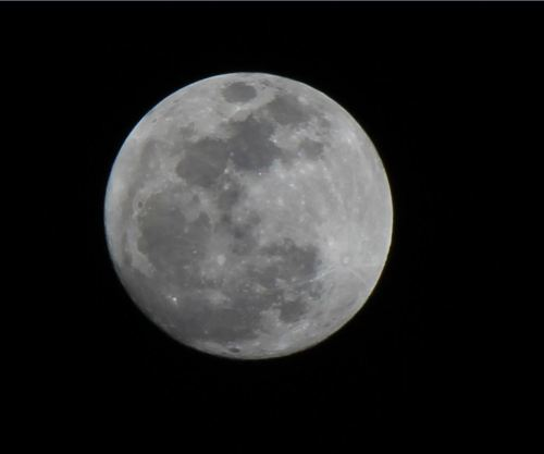 the-star-stuff:  iameloy:  Super Moon or Perigee Moon in Guam! Taken with my Canon Rebel T3i Lens : 55-250mm f/4-5.6 Telephoto lens  Sweet! =))  (Submitted by iameloy) Exciting