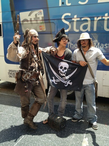 thepirateflag:  [Occupied] 헐리우드 Hollywood, USA    by Cap'n @shindogy also with Jack sparrow !   Make your own Flag, visit  http://thepirateflag.tumblr.com   깃발 헐리우드에 도착. 신나. ! 2주후에는 브라질 리오!