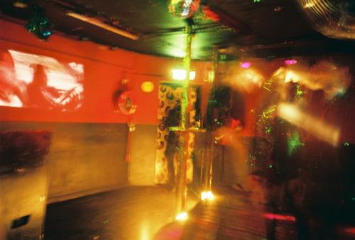 """korsakoff amsterdam, 2. korrus8. aprilli esimesed tunnid sinka-vonka rändasime lõuna poole ja maandusime pärast väikest suvalises baaris tehtud wc-pausi korsakoffis— kahekorruselises klubis lijnbaansgrachti ääres. võtsime õlled ja tutvusime paigaga. esimest korrust jagasid tumerohelise rahuliku atmosfääriga baariala ja värviliste sähvivate tuledega ülekallatud must nurk, mille hüüdlauseks """"sex, drugs and industrial!""""; teisel korrusel, kus samuti baariosa ja tantsuplats, kuid siin koos soojade toonide harmo"""