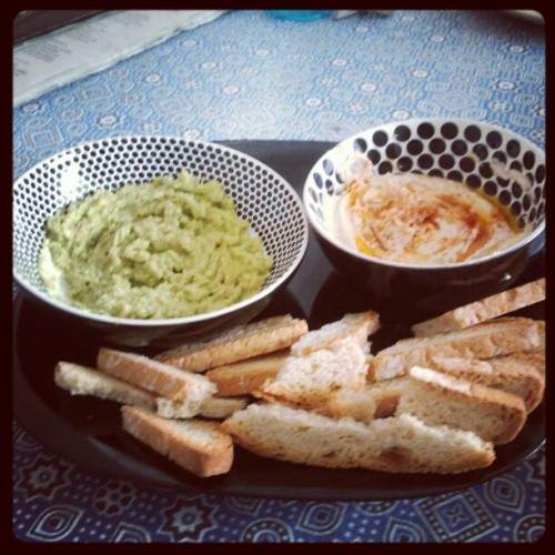 Enjoy your food! #guacamole #hummus #bread #veganfoodshare #vegan  (Tomada con instagram)