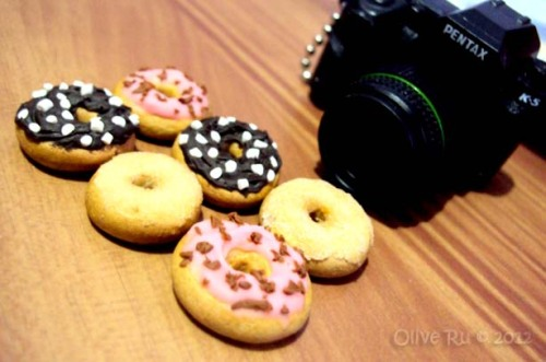 I am really, really, REALLY hungry right now… Miniature doughnuts made out of polymer clay. I want to make a box for them but we don't have a printer. >__>