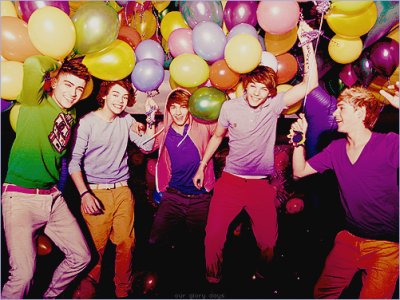 One direction <3  Baby you light up my world like nobody elseThe way that you flip your hair gets me overwhelmedBut when you smile at the ground is ain't hard to tellYou don't knowYou don't know you're beautifulIf only you saw what I can seeYou'll understand why I want you so desperately Right now I'm looking at you and I can't believeYou don't knowYou don't know you're beautiful Thats what makes you beautiful