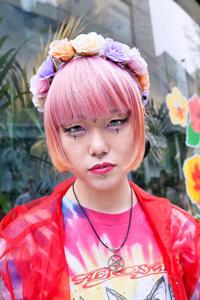 stela-cookncolor:  Flowers & Piercings in Harajuku by tokyofashion on Flickr.