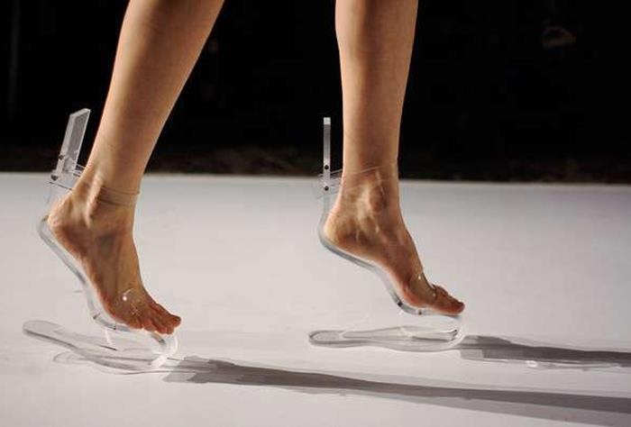 maeeuu:  'Invisible Shoes' by Ilanio Makes Walking a Floating Experience