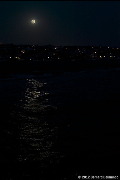 La luna, qué detalle. discoverynews:  Supermoon… A few minutes after rising over Manhattan Beach, CA. from Bernard Delmundo