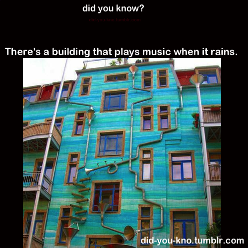 sonsky:  nifnif:  did-you-kno:  This building is located in Dresden, Germany. It's called Neustadt Kunsth of passage. And when it rains it starts to play music.  uu la laa~~  menarik!!