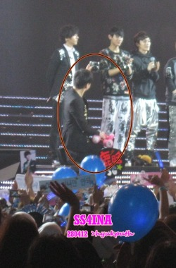 Sungmin taking pict when ending chat with Exo M. lol~