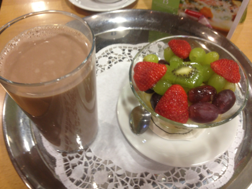 Post gym meal, chocolate protein shake, bowl of fruit with fresh orange juice and a bowl of bran flakes (not pictured)   It's 9am and I've been at the gym since 6.30am, I've done cardio training, the power plate, resistance, weights, swim and to top it off a few minutes in the steam room and sauna.  I won't fall off the fitness wagon again. MOTIVATION! :D