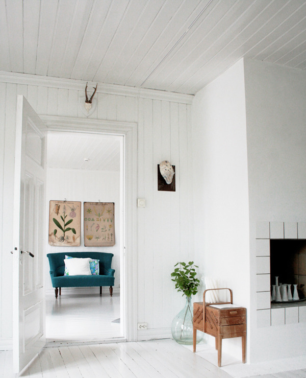 These gorgeous photographs are by Jeanette Lunde (of her beautiful home). Jeanette is a graphic designer from Norway, author of Fryd + Design blog and producer of her own on-line magazine called By Fryd … obviously this is one very talented woman! (via dustjacket attic: White Design)