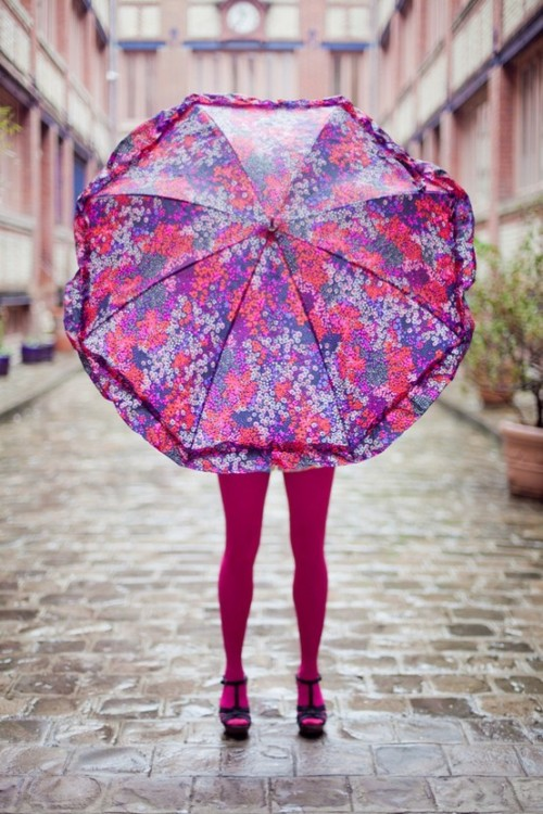 katespadeny:  statement umbrella  Live colorfully, even in the rain.