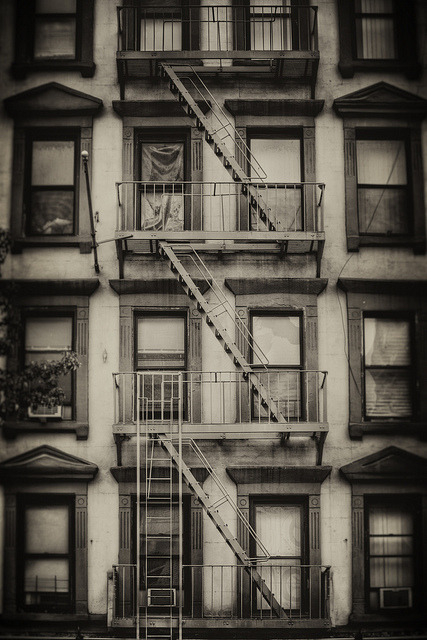wbsloan:  NYC#047   Something so eery, yet quite homely picture. Plus it's black and white so it's awesome.