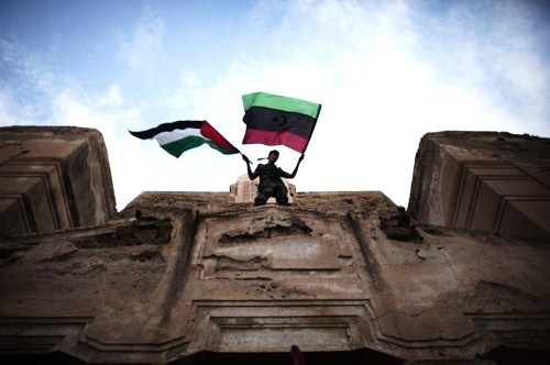 thecalmb4dawn:  palestinian and libyan flag ontop of the old synagogue in tripoli