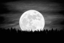 ratioyouknow:  Supermoon 2012. Hood River, Oregon.Photo by Nicholas Bielemeier.