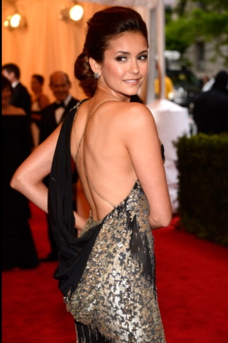 dknyprgirl:  Nina Dobrev in #DonnaKaranAtelier at the #MetGala  Muito decotão nas costas no Met Gala… #adoro