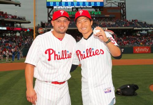 fuckyeahlost:  Daniel Dae Kim poses with Shane Victorino after throwing out the first pitch tonight at Citizens Bank Park in Philly. His jersey number? 5-0.  My bby DDK reppin' my home team!!!