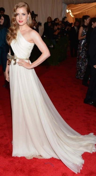 AMY ADAMS IN GIAMBATTISTA VALLI 2012 MET GALA