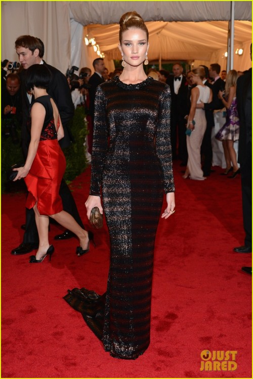 jadoreprettythings:  Rosie Huntington Whiteley in Burberry at the Met Gala 2012