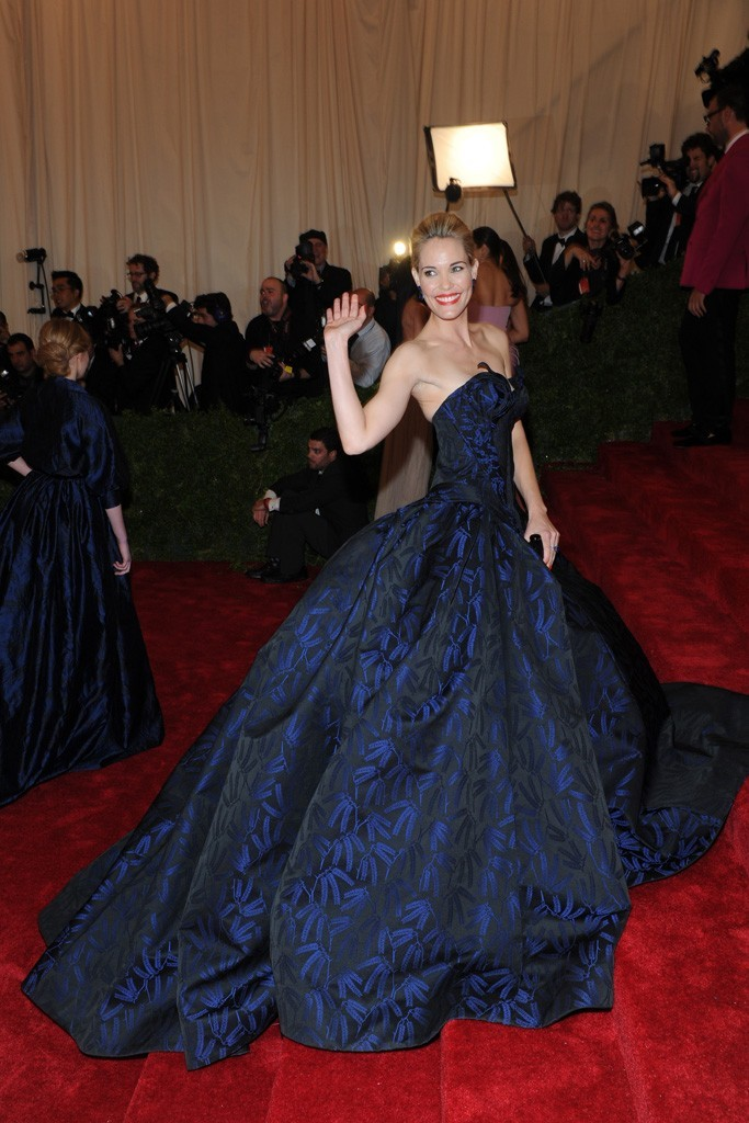 thefashionigma:  Leslie Bibb in Zac Posen This gown leaves me completely speechless! Mad props to Mr.Posen for that!