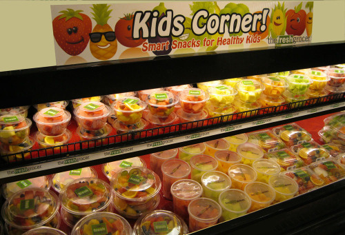 moreconfidenceplease:  motiveweight:  Kids Corner: nutritious snacks and meal options - includes fresh fruits, veggies with dip, fresh-cut salads, yogurt, and granola.   Can I live there Wow this is amazing! More of those stuff should be available everywhere.  Dagens sista mellanmål bestod av frukt och bär. Bra att kunna fylla magen utan dåligt samvete. Till det blev det grönt te. Gott!Dagens intag: 1196 kcal. Ett underskott i alla fall! /PeppadtillTusen