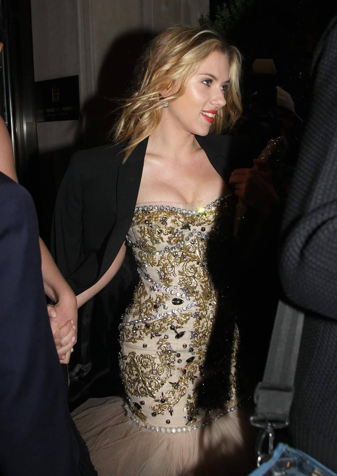 suicideblonde:  Scarlett Johansson leaving her hotel in NYC, May 7th  BOSOM SPACE!