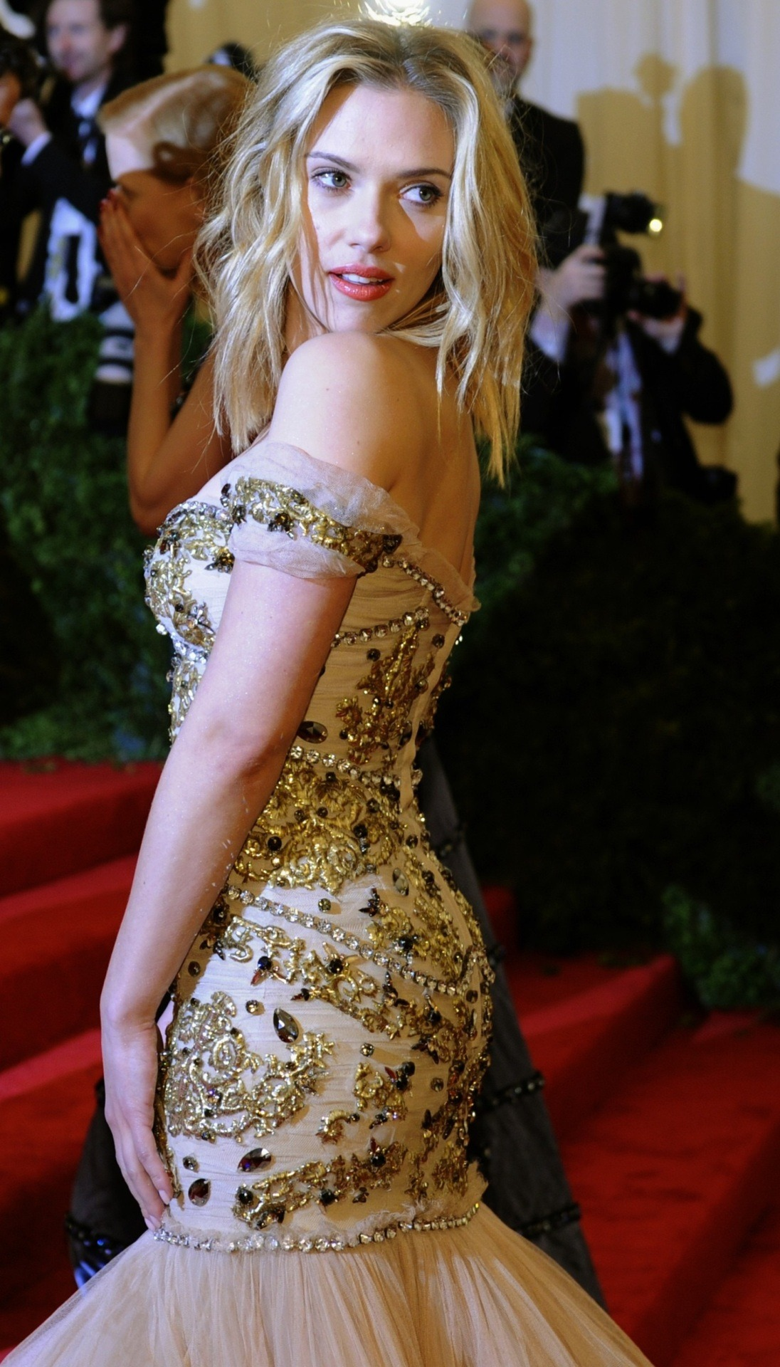 suicideblonde:  Scarlett Johansson in Dolce and Gabbana at the Costume Gala, May 7th