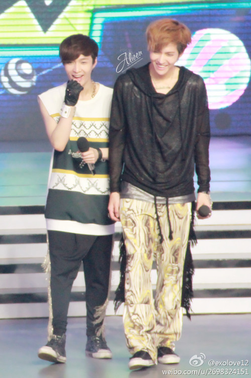 Yixing always looks pretty when he's beside Kris lmao