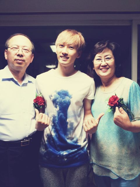 fuckyeahsuperjunior:   allrisesilver: 아빠,엄마 사랑해요!! 효자아들 둬서 행복하겠어요 나도 나같은 아들 낳아야지^^ 돈봉투를 받은 아빠,엄마의 밝은 모습 잊을 수 없어요 아들이 피땀흘려서 번 돈이니까 소중하게 쓰슈!!! [TRANS] Dad, Mom I love you!! You must be really happy to have such a filial son! I want to have a son like me too^^ I can never forget the delighted looks on Dad and Mom's faces when they received the money packet from me. Because it's money that your son earned shedding blood and sweat, please use it preciously!!!  (credits: @AllRiseXiahtic)