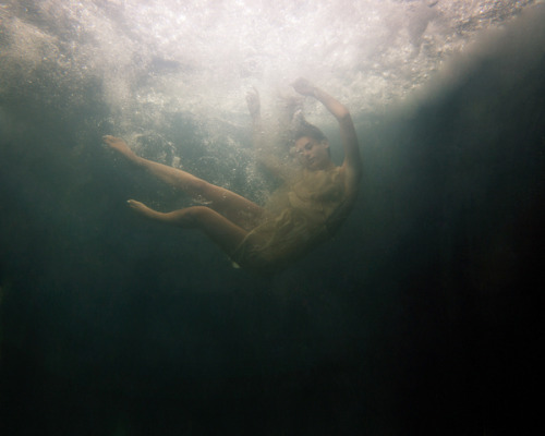 Into the Abyss by Simon Harsent Simon é um fotógrafo fantástico, em breve você verá mais trabalhos dele por aqui. Mas hoje resolvi mostrar esse set de fotografias conceituais chamadas Into the Abyss onde o novayorkino se inspirou no poema do premiado poeta David Harsent, pai de Simon, para criar essas obras subaquáticas.  into the abyss A little deeper and she'll lose the light. At firstthe surface is just touchable – shadows that might be cloudsor birds in flight… She sets her face to the skim to get the last of the world she came from, some slightsense of voices fading as she slipsfrom almost-day to almost-night, grey-green shading first to blue, then more than blue, then to a blue never seenby anyone but her, and that slow drift into darkness set to severall that she owned or wanted, all she had ever been. David Harsent   Por Anderson tomazi
