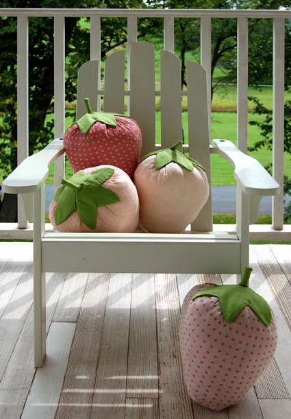wattlebirdblog:  Strawberry Pillows via The Purl Bee  this look so cuddlyyyyyyy. they look easy to make too. maybe i'll try it out :)