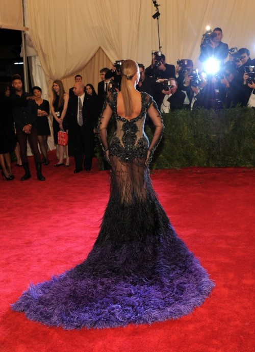 ONE HOT MAMA Beyonce at the Met gala 2012. Say no more…. source: Fashionista/getty