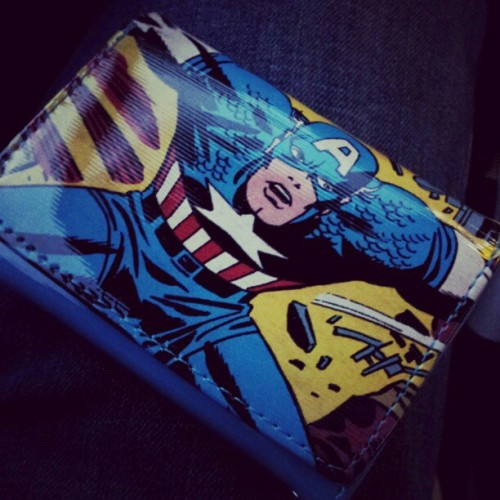 bklynroyalty:  My Cap wallet. Yeah… I'm all about that Geek Life. #CaptainAmerica #Marvel #accessories #comics #superheroes (Taken with instagram)