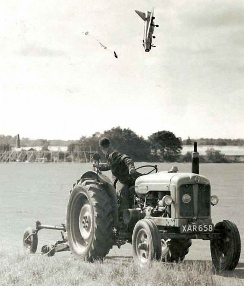 raurublock:  (via Photobomb level: Plane Crash - Imgur)