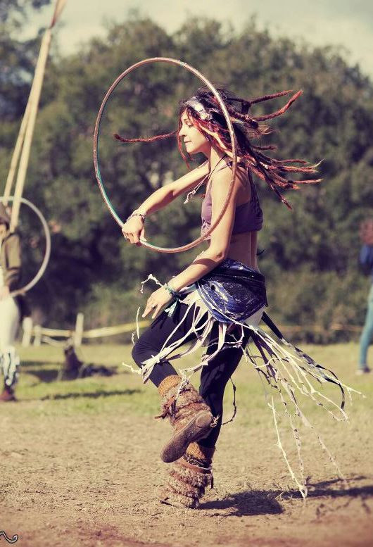 She's so tight. And I just love her style… hoop dance and outfit. :}