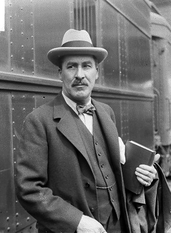 Howard Carter Howard Carter (9 May 1874 – 2 March 1939) was an English archaeologist and Egyptologist known for having a primary role in the discovery of the tomb of 14th-century BC pharaoh Tutankhamun. http://en.wikipedia.org/wiki/Howard_Carter http://www.youtube.com/watch?v=5HKVE5fw9JY&feature=player_embedded