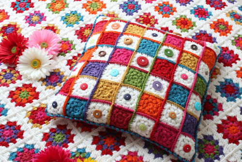 cajunmama:  (via According to Matt…: Granny Square Button Cushion!)