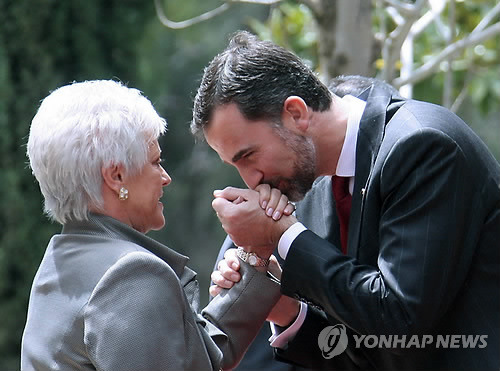 Prince Felipe greets Princess Muna, mother of the King of Jordan. April 2011, Amman.