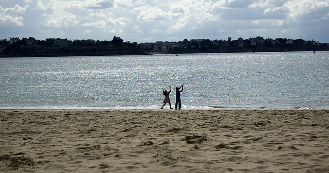 Kids at play on Flickr.Beach in Saint Malo, France. © Bree Sage http://seebreebefree.wordpress.com/