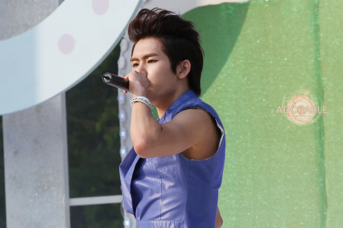 fuckyeahhoya:  cr: Adorable. do not crop, edit or remove logo.