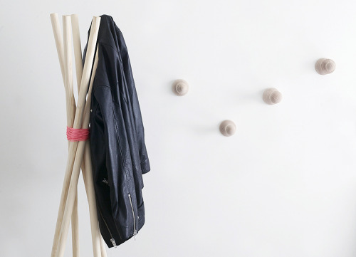 Really simple coat rack idea (via WEEKDAYCARNIVAL: EASY COATRACK)