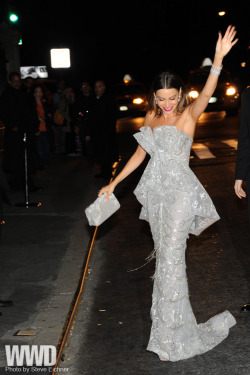 womensweardaily:  Sofia Vergara in Marchesa.
