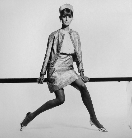 Jean Shrimpton in covetable heels (via Supermodelicons)